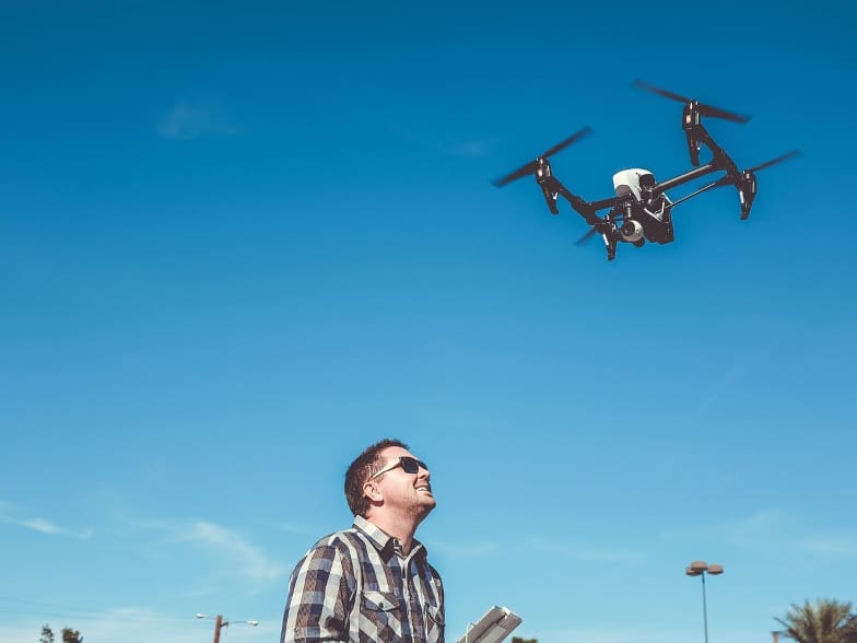 """Mio """"cuggino"""" vuole le riprese col drone. Posso farle?"""